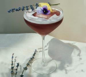 Sommerliche Blüten-Drinks